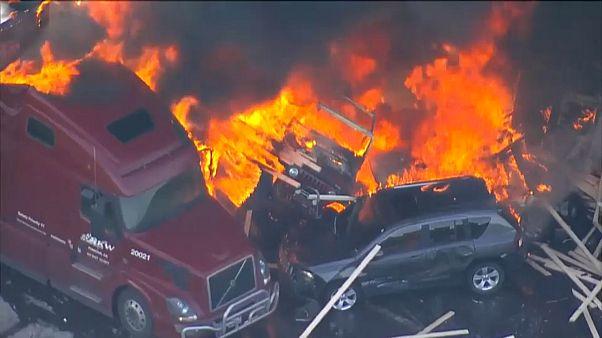شاهد: حريق هائل في كولورادو بسبب اصطدام شاحنة بصف من السيارات