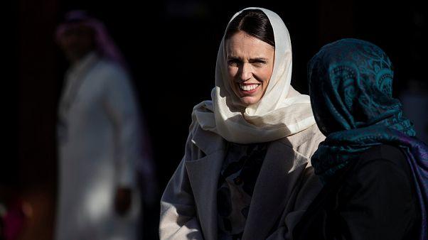 عريضة لوقف رسم جدارية في ملبورن تصور أرديرن تحضن امرأة مسلمة