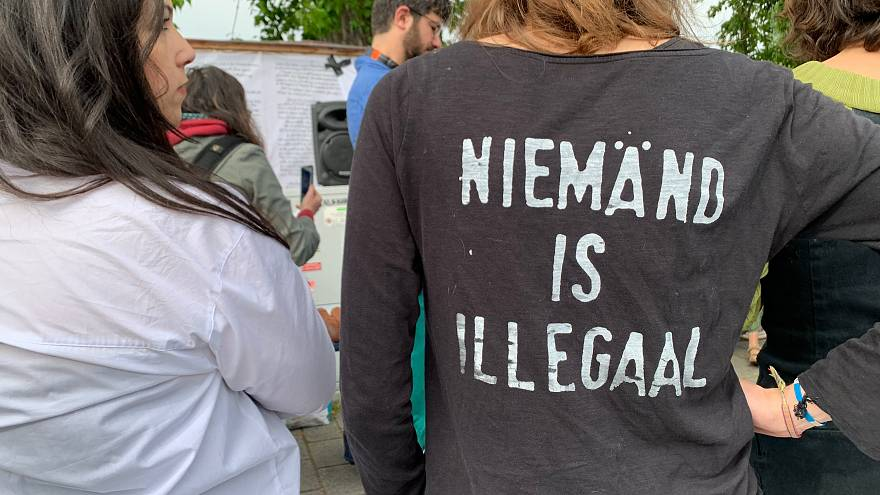 روی تی شرت این دختر نوشته شده: هیچ فردی غیرقانونی نیست