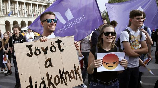 A diáktüntetők felszólították Orbánt, hogy tegye le a nyelvvizsgát
