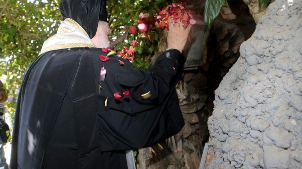 Εκατοντάδες πιστοί στην αναπαράσταση του θείου δράματος στη Μονή Πεντέλης