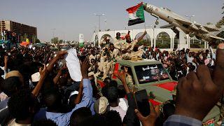 آلاف السودانيين يصلون الجمعة خارج وزارة الدفاع والحشود تطالب بحكم مدني