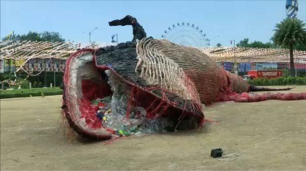 شاهد: عرض هيكل حوت في الفلبين للتوعية بمخاطر تلوث البيئة بمواد بلاستيكية