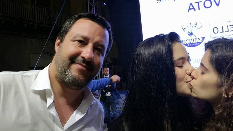 Fotobombe gegen Salvini: Sich küssende Studentinnen sind viraler Hit