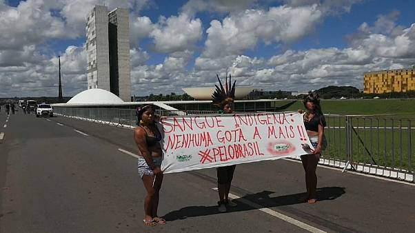 Brezilyalı yerliler aşırı sağcı başkanı protesto için 'çubuk tüttürdü'