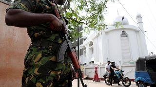 جندي يحرس المسجد الكبير في كولومبو يوم الجمعة