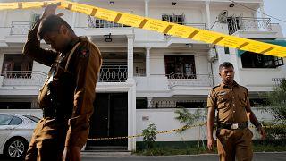 أفراد من رجال الشرطة خارج منزل أحد المشتبه بهم في سلسلة تفجيرات انتحارية