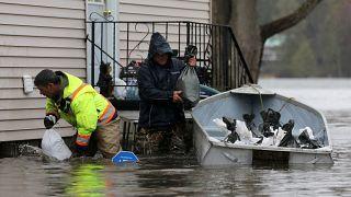 سكان يضعون أكياس رمل حول منزل لحمايته من مياه الفيضانات في أوتاوا