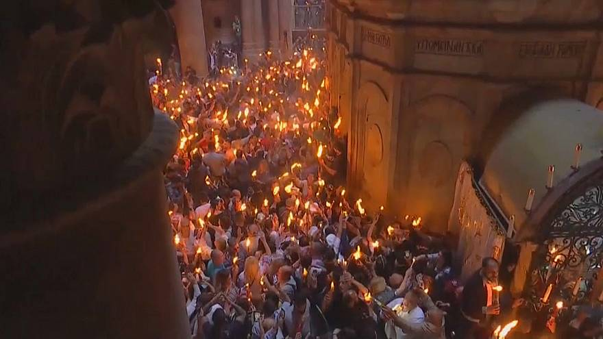 """Jerusalem: Orthodoxe Christen empfangen """"Heiliges Feuer"""""""