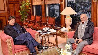 رئيس وزراء باكستان عمران خان (يسارا) مع البريغادير المتقاعد إعجاز شاه