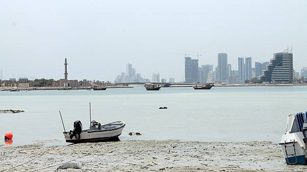 شاهد: شجار عنيف أبطاله حضور مؤتمر في غرفة التجارة والصناعة البحرينية