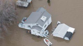 شاهد.. الفيضانات تغمر شوارع أوتاوا وتحولها إلى أنهار