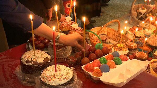 الروس يحضرون الحلويات التقليدية للاحتفال بالسبت المقدس