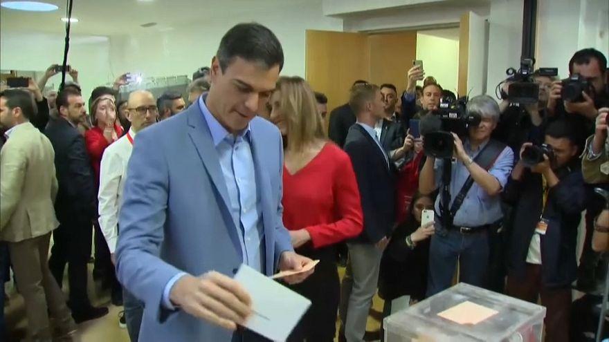 Los políticos españoles predican con el ejemplo y votan a primera hora