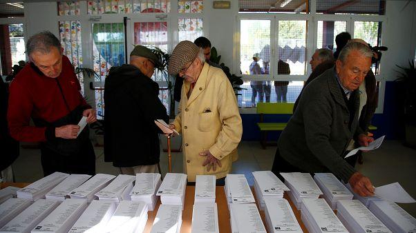 أشخاص داخل مركز اقتراع في مدريد