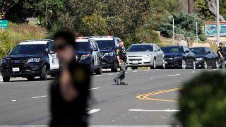 نائب قائد شرطة مقاطعة سان دييغو يسير بالقرب من موقع إطلاق النار