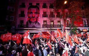 Partidarios del PSOE festejan la victoria de su partido.
