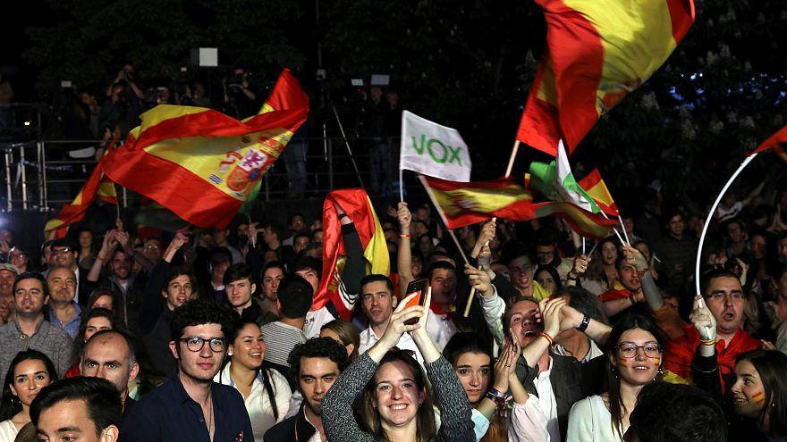 Сторонники испанской Соцпартии празднуют (относительную) победу на выборах
