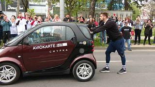 Un jeune Croate bat le record du monde de poussée de voiture!