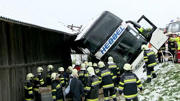 Schrecken bei Schneefall: Bus in Kärnten verunglückt