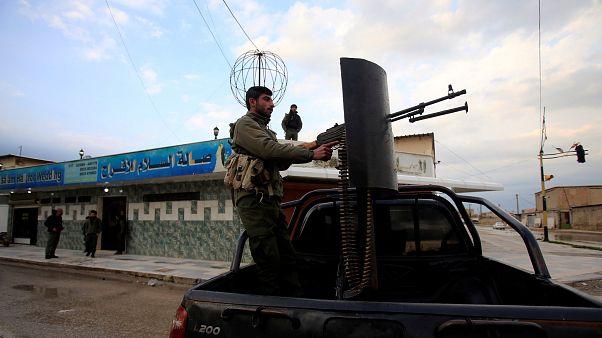 مقاتل بقوات سوريا الديمقراطية الكردية