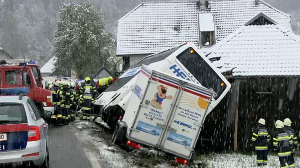 Austria: bus fuori strada per la neve