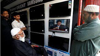 شهروندان پاکستانی در حال مشاهده عمران خان نخست وزیر این کشور