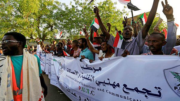 المجلس العسكري السوداني يجمد نشاط النقابات والاتحادات المهنية