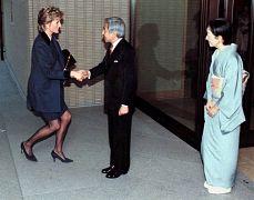 دایانا، شاهزاده بریتانیا در حال احترام به امپراتور و ملکه ژاپن در سال ۱۹۹۵