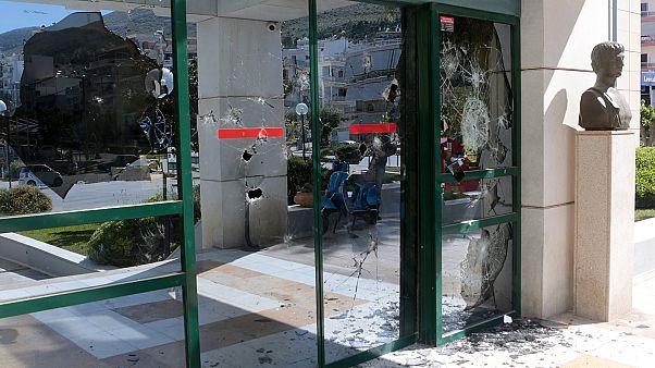Επίθεση του Ρουβικώνα στο δημαρχείο Ηλιούπολης - ΒΙΝΤΕΟ