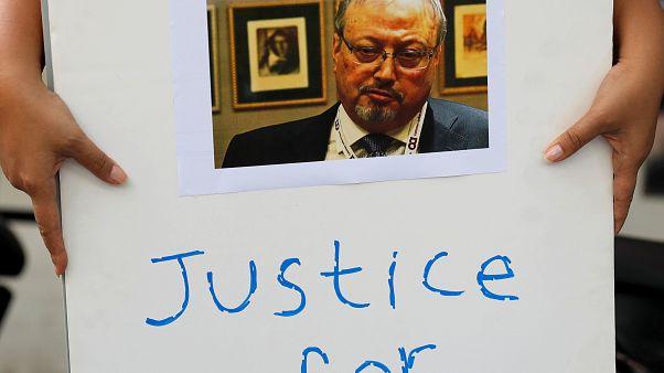 أحد المطالبين بالعدالة يحمل صورة جمال خاشقجي