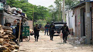 عسكريون يسيرون في منطقة قتل فيها مسلحون في انفجار في داكا