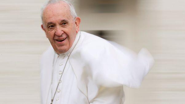 «Μη κουτσομπολεύετε», λέει ο Πάπας σε κομμωτές