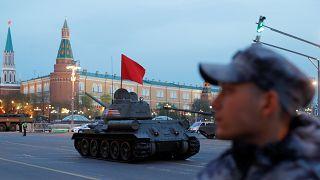 Panzer und Militärfahrzeuge ziehen durch Moskau