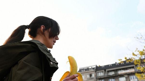 Polonya'da sansürü muz yiyerek protesto ettiler