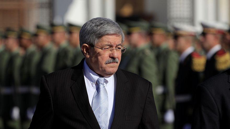 رئيس الوزراء الجزائري السابق أحمد أويحيى يصل إلى المحكمة ليقدم شهادته في قضية فساد