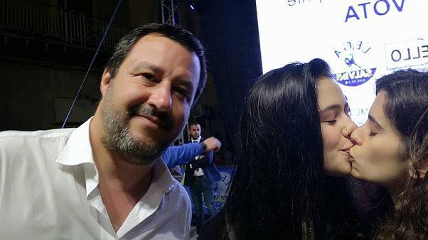 'Selfie' çekerken Salvini'yi tuzağa düşüren LGBT+ eylemi