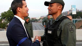 Oppositionsführer Juan Guaidó mit einem Soldaten in Caracas