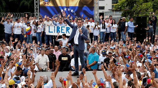Хуан Гуайдо выступает не уличном митинге 27 апреля 2019 г.