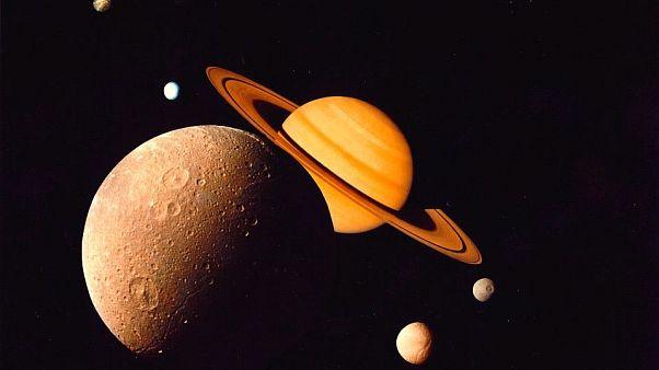 صور التقطتها المركبة الفضائية فويغر في 1 في نوفمبر 1980 لكوكب زحل