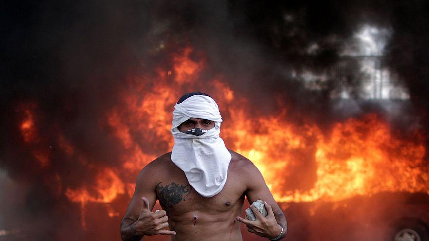 Guaidó-Maduro, la resa dei conti: le foto del giorno