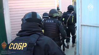 Sicherheitskräfte stürmen ein Gebäude, in dem sich die IS-Zelle befand