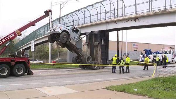 شاحنة ترتفع في الهواء بعد أن علق قلابها بجسر للمشاة