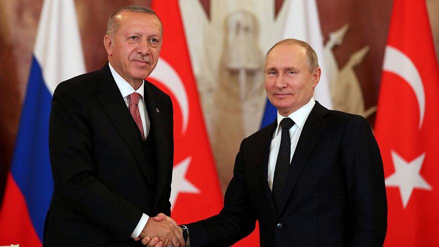 الرئيس التركي أردوغان يصافح نظيره الروسي بوتين