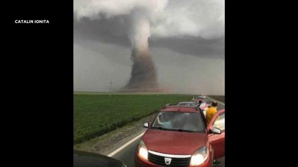 شاهد: إعصار سرعته 90 كم بالساعة يضرب جنوبي رومانيا