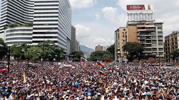 Venezuela: Ordudan umduğu desteği bulamayan Guaido'nun çağrısıyla binlerce kişi sokağa çıktı