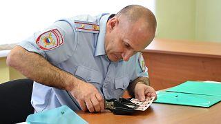 Сотрудник МВД в Ростовской области принимает документы жителей Донбасса