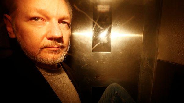 Casi un año de cárcel para Assange por violar su libertad condicional
