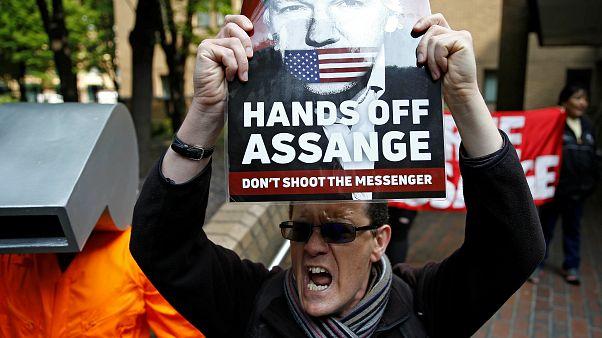 Proteste in favore di Julian Assange fuori dal tribunale di Southwark