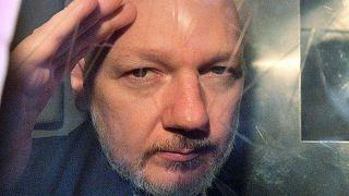 Assange dans un fourgon cellulaire à sa sortie du tribunal. 01/05/2019